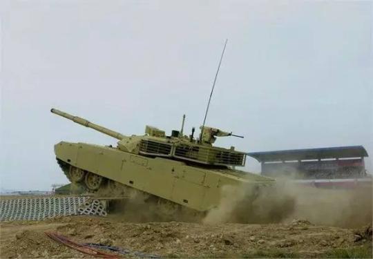 VT-4主战坦克进行垂直越障表演