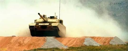 VT-4主战坦克连续翻越斜坡