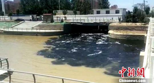 淡黄色的河面很快变成了污色。(视频截图) 视频截图 摄