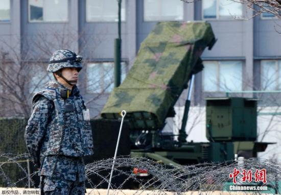 """资料图:当地时间1月30日,日本自卫队在东京周边部署了""""爱国者3""""型拦截导弹。"""