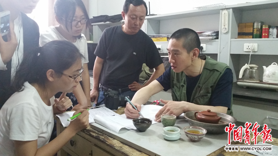韩春雨(右一)向记者引见他的科研成绩 国家青年报・中青在线记者 樊江涛/摄
