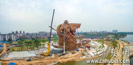 荆州关公圣像开始吊装刀柄。