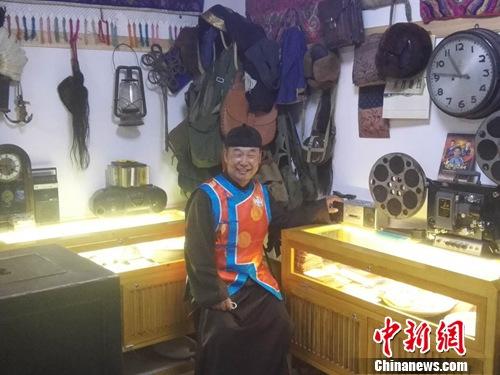 """阿龙在""""北京财神""""老物件博物馆内接受采访。"""
