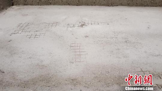 襄城县公租房墙面钢丝外露严重。 齐永 摄