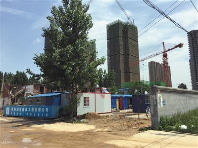 5月15日,相邻的下坡杨村拆迁5年后还未回迁,村民在原址建起板房居住。