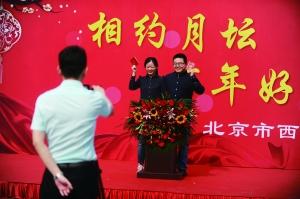 """昨日,在遛早老人们的祝福声中,小刘夫妇幸福地领取了结婚证书,宣告""""我们结婚了""""。首席摄影记者 蔡代征/摄"""