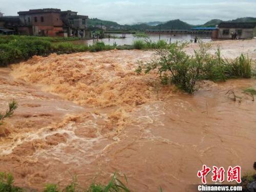 湖南临武县南强镇增加山村成了一片汪洋。 唐盛欢 摄
