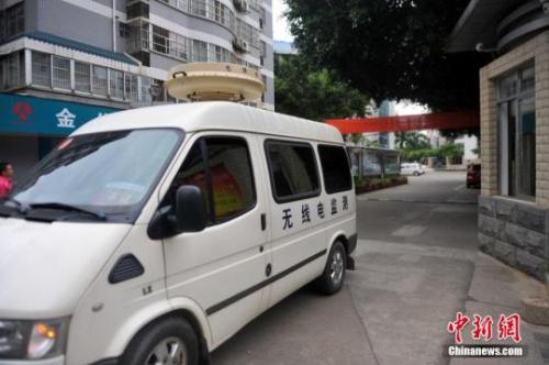 资料图:2015年6月7日至8日,为保障高考秩序,广西官方出动无线电监测车。