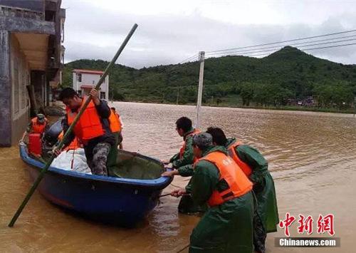 资料图:湖南临武县南强镇大广村抢险转移现场。湖南防办供图