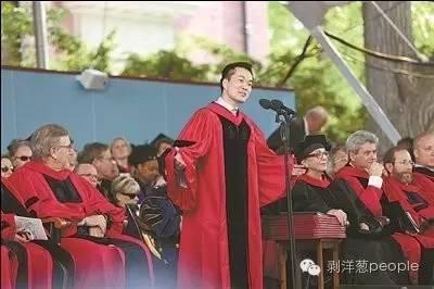 何江在哈佛大学毕业典礼上演讲。