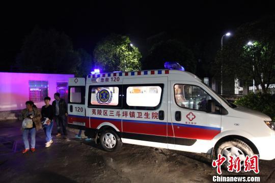 本地清洁院救助车转运伤员 钟新 摄