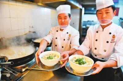 资料图:厨师烹制的美味葫芦头泡馍。来源:西安晚报
