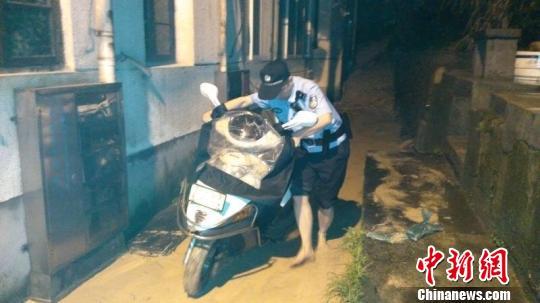 一场突如其来暴雨袭击建德,6小时接警436起。 建德公安提供 摄