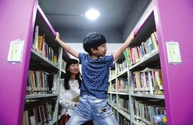 男孩在藏书楼