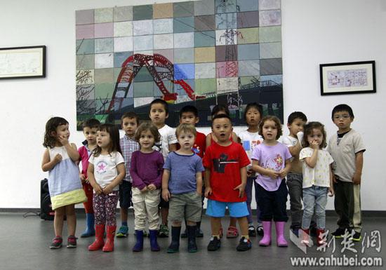 """武汉法国学校小朋友合唱庆""""六一""""(图)图片"""
