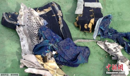 资料图:当地时间5月21日埃及军方提供的打捞到的埃航失联客机座椅残骸照片。