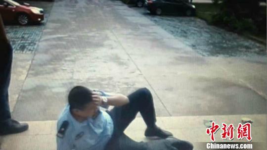 屠某对上前帮其穿裤子的民警,伸手就打了一巴掌。 警方截图 摄