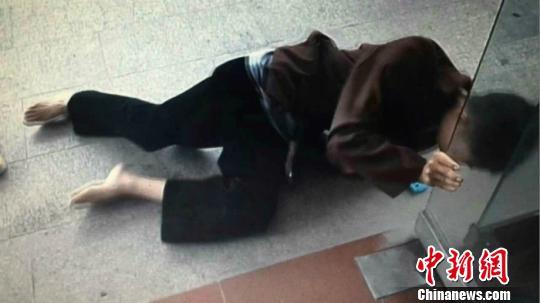 屠某索性躺倒在地,头撞玻璃门和水泥地面。 警方截图 摄