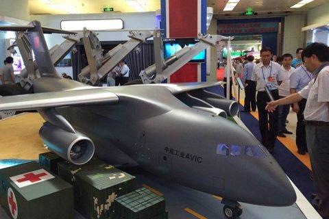运-20大型运输机1:8模型。