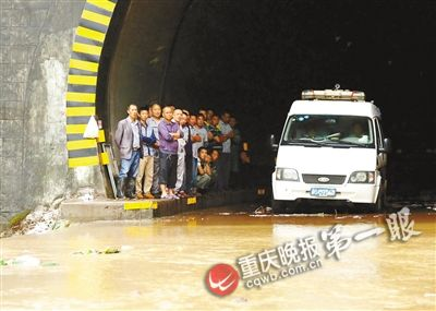 涪陵区荔枝小溪村319国道突发山洪,车辆和居民被困。