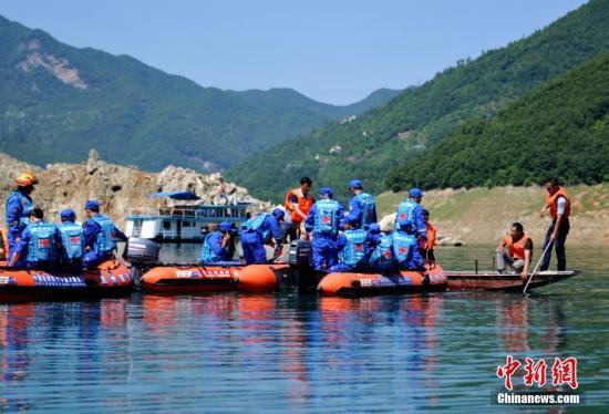6月5日,蓝天专业救援队搜寻过程中发现了沉船。当日下午,四川广元海事局在救援现场通报,白龙湖沉船水域打捞出救生衣1件,发现失事船体栏杆、甲板和防撞轮胎,并对沉船进行了定位。目前,救援指挥部正在制定下一步的打捞方案。中新社记者 刘忠俊 摄