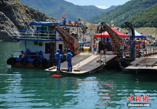资料图:搜救打捞工作仍在紧张进行中。刘忠俊 摄