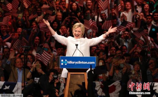 资料图:当地时间6月7日,美国纽约,美国民主党总统参选人希拉里在布鲁克林的一个集会上,宣布自己在民主党总统候选人提名战中获胜,成为美国大选历史上首位获得主要政党提名的女性。