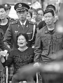 申亮亮的母亲杨秋花异常悲伤,父亲申天国默默地在一旁陪伴