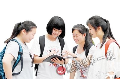 谈莉(左二)和同学交谈学习心得