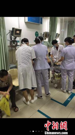 温州一电镀园区5吨漂白水走漏,41名工人送医 黄济东 供给 摄