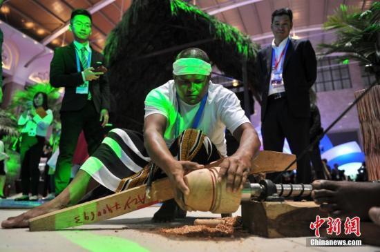 资料图:南博会主题国马尔代夫主题馆内现场表演传统手工艺品制作。 中新社记者 任东 摄