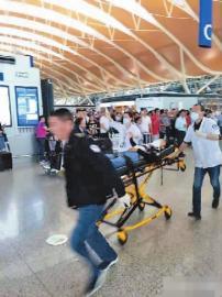 一男子在浦东机场投掷爆炸物后割颈