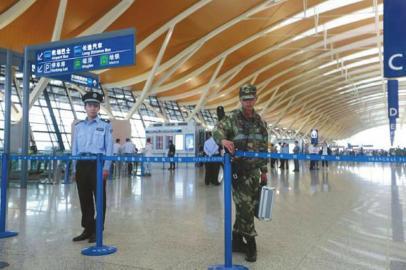 上海浦东机场 燃爆! 嫌疑男子自制爆炸物 丢掷啤酒瓶后割颈