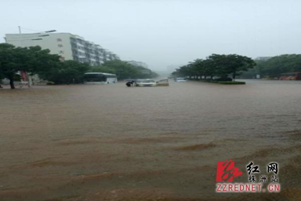 暴雨中的株洲公交人:一切为了乘客的安全