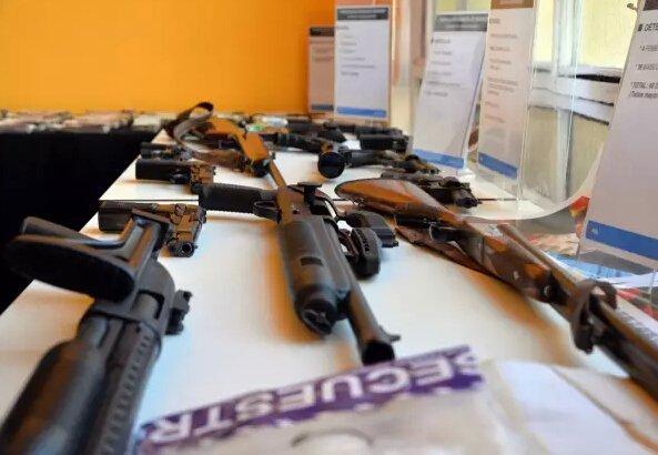 """警方查获的""""貔貅""""拥有的武器。"""