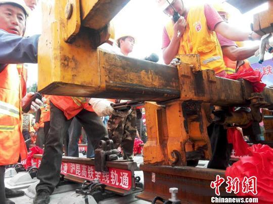 16日下午,沪昆高铁贵州西段全线完成铺轨施工,沪昆高铁西段全线贯通。 郑珍荣 摄