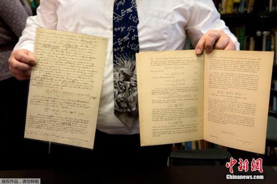 当地时间2016年2月11日,耶路撒冷,希伯来大学的爱因斯坦档案馆馆长Roni Gross展示爱因斯坦有关引力波的原始文件。