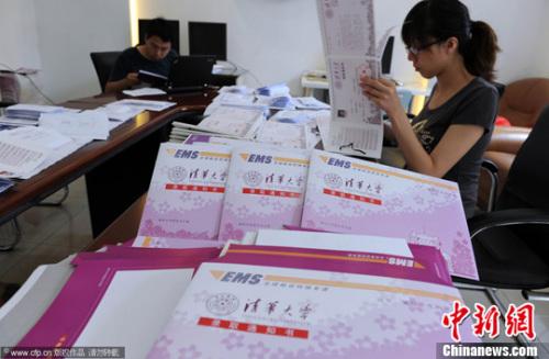 资料图。清华大学发放录取通知书。范继文 摄 图片来源:CFP视觉中国