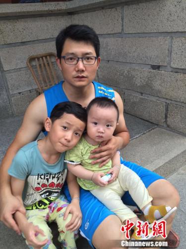 受访者涂小龙和他的两个儿子。受访者供图