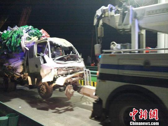 图为事故清障车运送受损车辆。 尚虹波 摄