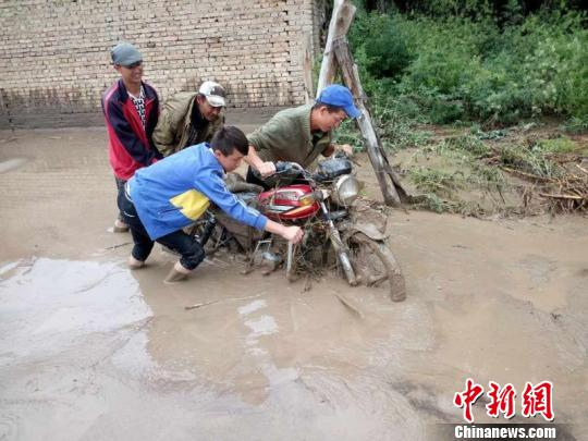 新疆伊犁州持续降雨引发洪水泥石流 近3万人受灾