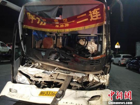 图为载客大巴车,受损严重。 尚虹波 摄