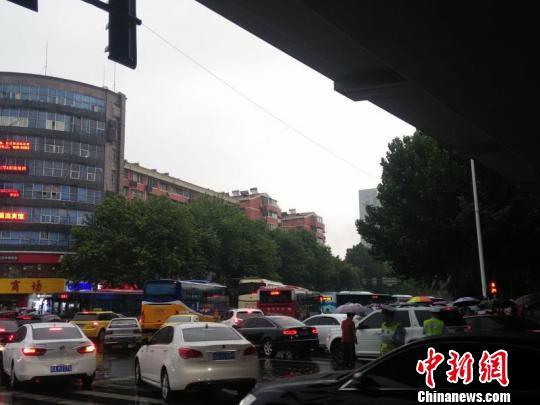 在南京迈皋桥,大量乘客突然转向车站外出行方式,导致交通阻塞。 张传明 摄