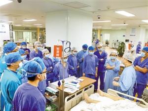 市二医院重症急救医学部主任冯永文带领医生查房.图片由受访者提供