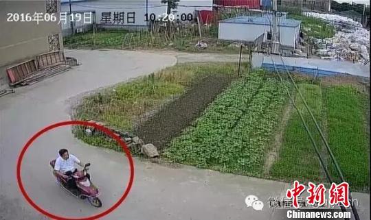 图为警方公布犯罪嫌疑人骑电动车逃走的监控截图。 官微截图 摄