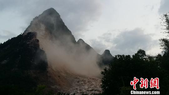 6月23日薄暮,开明救济通道爆破现场。 陶彩忠 摄