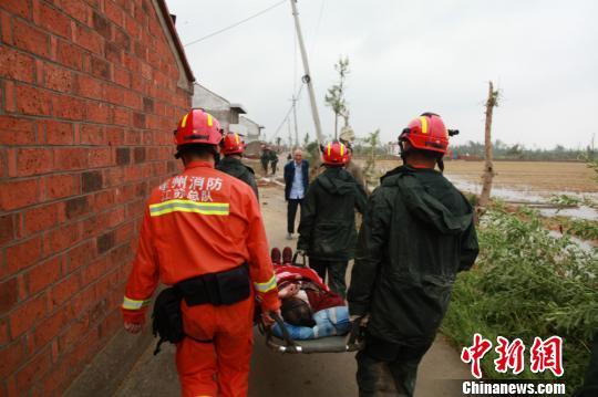 徐州消防支队赶到盐城开展搜救工作。 消防供图 摄