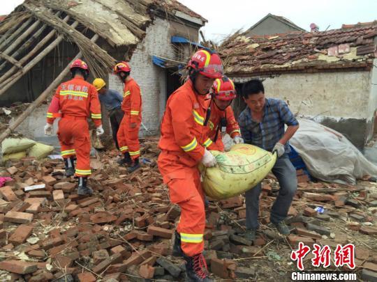 图为消防队员帮助受灾居民搬出了被掩埋的粮食。 消防供图 摄