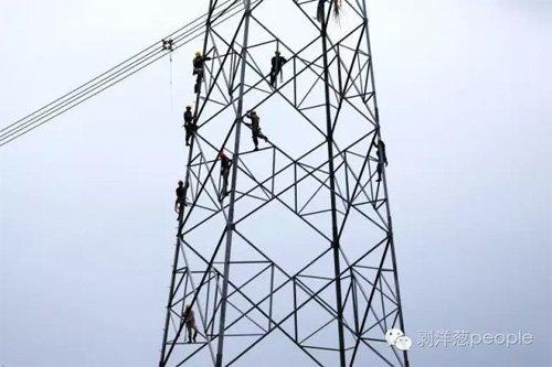 救援人员抢修电路。