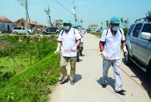 6月25日,在江苏省盐城市阜宁县东沟镇支桥村,工作人员在进行消毒防疫。新华社发